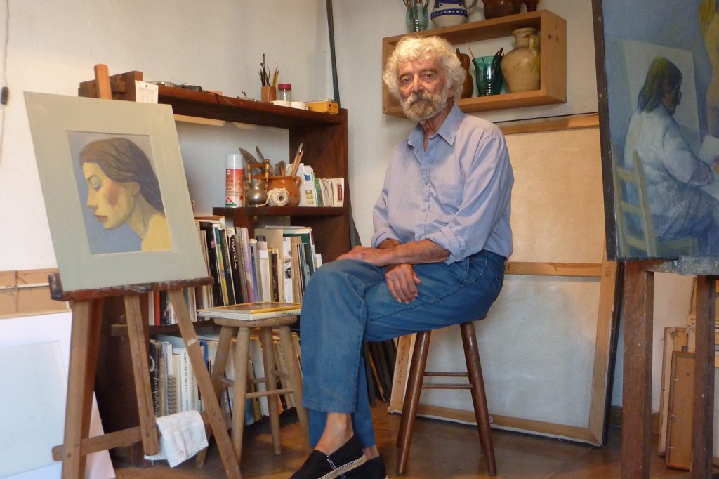 El pintor a l'estudi davora una obra de la darrera exposició