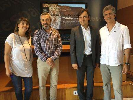 El vicepresident primer, Francesc Miralles, el director insular de Cultura, Rafel M. Creus, la directora de la Fundació Casa Museu, Carme Castells i l'arquitecte Biel Arbona durant la presentació.