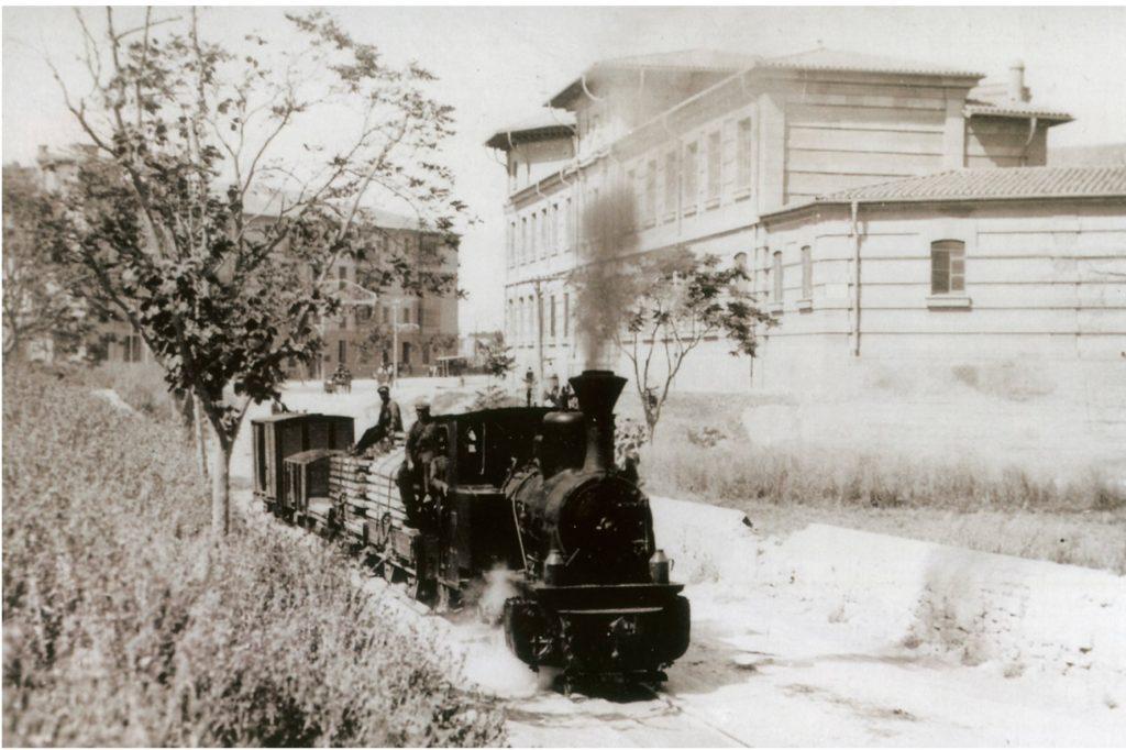 Tren de la línia de mercaderies (traçat de superfície) circulant front l'actual IES Joan Alcover. Any 1930