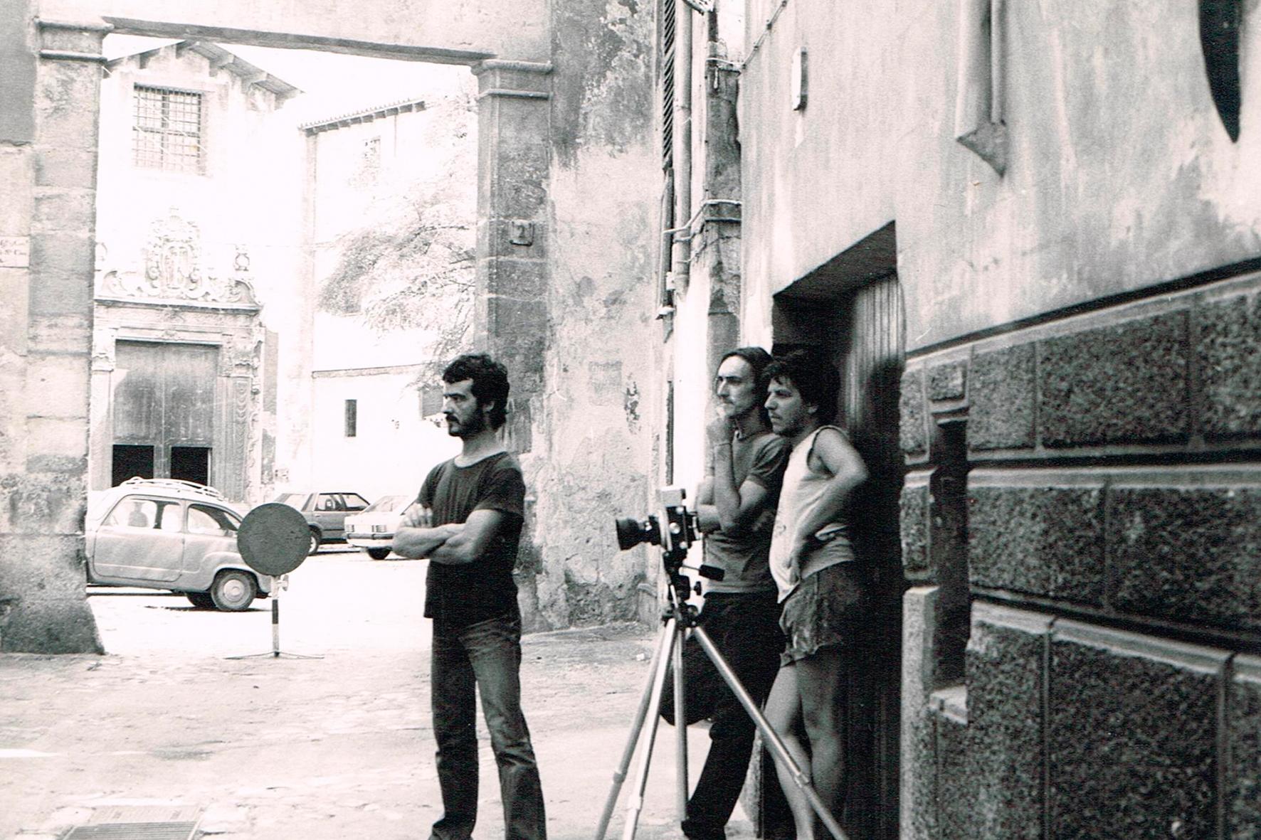 1981. Foto ''Crit'' desarrollando la idea en la calle. Palma-Intervención del poema en Paneles -en Brasil 3. Foto Joan Ramon Bonet